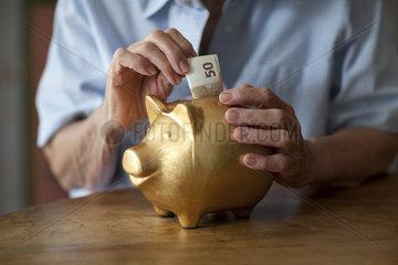 Rentnerin mit Spardose