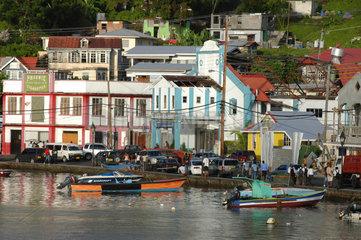 St. Georges  Grenada  Blick vom Wasser auf die Stadt