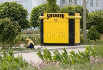 Tiraspol  Republik Moldau  Reinigungspersonal auf dem Gelaende des Sheriff-Komplex