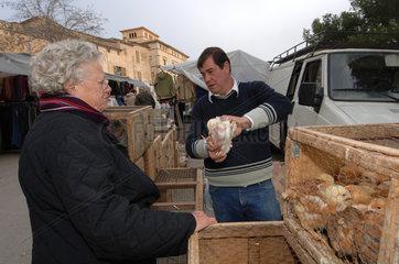 Sineu  Spanien  Menschen auf dem Wochenmarkt