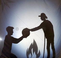 Berlin  Deutschland  Schattenspiel: Bettler und Hirte