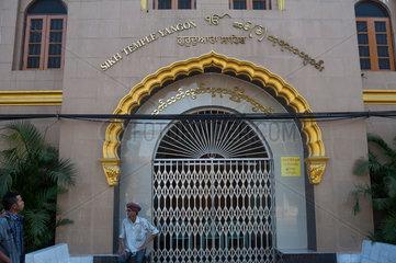 Yangon  Myanmar  ein Sikh sitzt vor einem Tempel