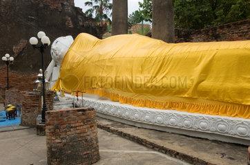 Ayutthaya  Thailand  liegender Buddha in der Tempelanlage Wat Yai Chai Mongkon