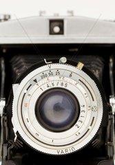 Ein alter Fotoapparat aus den 50-er Jahren auf weissueem Hintergrund
