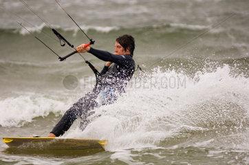 Gager  Deutschland  Kitesurfer vor der Halbinsel Moenchgut