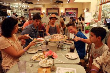 Saint Petersburg  USA  Menschen in einem Restaurant