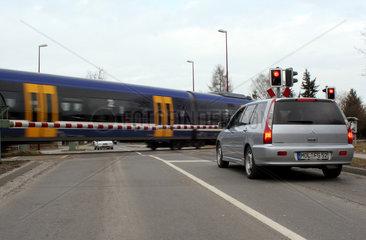 Neuenhagen  Deutschland  Autos warten an einem beschrankten Bahnuebergang