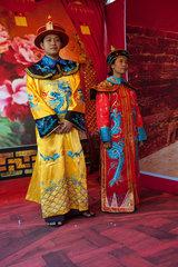 Yangon  Myanmar  Portraet zweier Personen in traditionellem Gewand