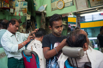 Yangon  Myanmar  Kunden bei einem Frisoer