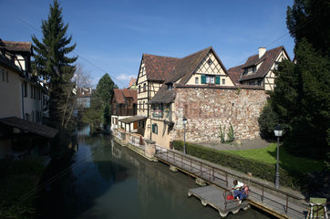 Colmar  historische Fachwerkhaeuser am Ufer der Lauch von Klein-Venedig in Colmar