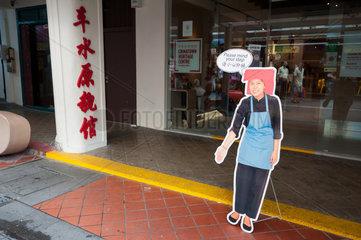 Singapur  Republik Singapur  ein Aufsteller vor einem Geschaeft in Chinatown