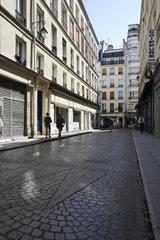 Paris  Ile-de-France  Frankreich - Kleine Geschaefte in historischen Wohnhaeusern praegen das Bild in der Rue Mandar im 2. Arrondissement.