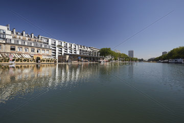 Paris  Ile-de-France  Frankreich - Am Bassin de La Villette. Alte Lagerhaeuser am ehemaligen Hafenbecken beherbergen Cafés und Restaurants.