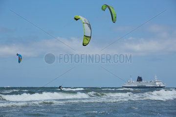 Rostock  Deutschland  Kitesurfer und Faehre von Scandlines in der Ostsee