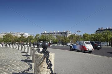 Paris  Ile-de-France  Frankreich - Blick vom Place Charles-de-Gaulle auf den grossstaedtischen Verkehr und auf die praechtigen Palais  die den Platz saeumen.
