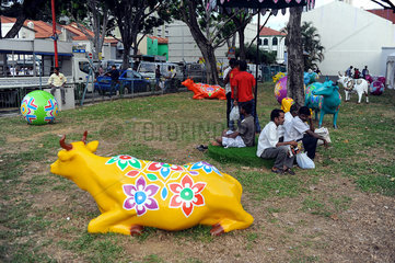 Singapur  Republik Singapur  Stierfigur in einem oeffentlichen Park