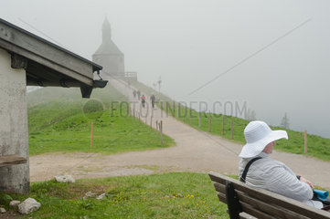 Rottach-Egern  Deutschland  eine Frau sitzt auf einer Bank auf dem Wallberg