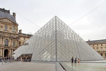 Paris  Frankreich  die Glaspyramide des Louvre