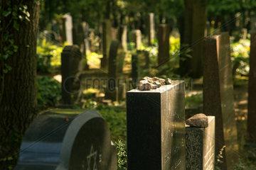 Berlin  Deutschland  Grabsteine auf dem Juedische Friedhof Berlin-Weissensee
