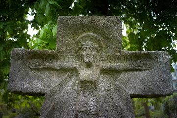 Berlin  Deutschland  Grabkreuz auf dem alten Domfriedhof der St. Hedwigsgemeinde