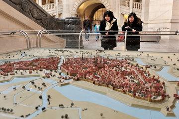Hannover  Deutschland  Touristen schauen sich ein Modell der Stadt Hannover im Jahr 1689 an
