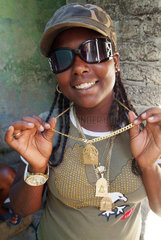 Santiago de Cuba  Kuba  Maedchen zeigt ihre christlichen Amulette