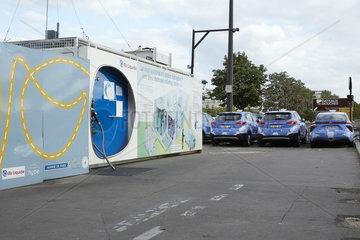 Paris  Ile-de-France  Frankreich - Eine Wasserstofftankstelle mit Taxen  die mit einer Brennstoffzelle elektrisch angetrieben werden.
