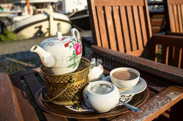 Leer  Deutschland  Kanne mit ostfriesischem Tee in einem Strassencafe