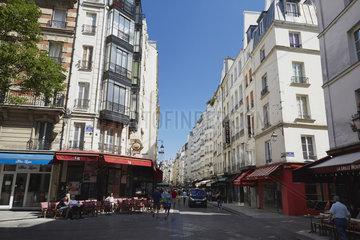 Paris  Ile-de-France  Frankreich - Blick in die Rue Montorguell im 2. Arrondissement mit dem Cafe LB an der Ecke zur Rue Tiquetonne.