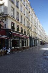 Paris  Ile-de-France  Frankreich - Blick in die Rue Mandar im 2. Arrondissement aus der Rue Montorguell  mit dem Cafe du Centre links im Bild.
