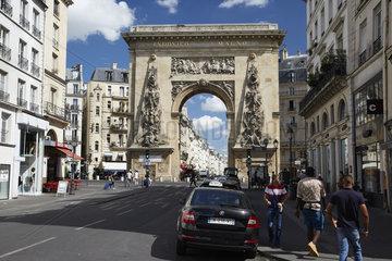 Paris  Ile-de-France  Frankreich - Blick aus der Rue Saint-Denis im 10. Arrondissement auf das Denkmal Porte Saint-Denis  ein Denkmal in Form eines Triumphbogens.