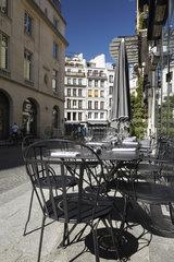 Paris  Ile-de-France  Frankreich - Tische und Stuehle vor einem Restaurant in der Rue Bachaumont im 2. Arrondissement.