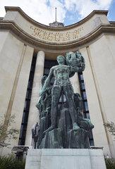 Paris  Ile-de-France  Frankreich - Bronzestatue vor dem oestlichen Teil des Palais de Chaillot.