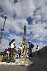 Paris  Ile-de-France  Frankreich - Miniaturen des Eiffelturms werden von afrikanischstaemmigen Verkaeufern auf der Bruecke Pont d'IAena verkauft.