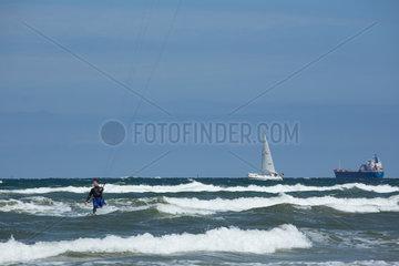 Rostock  Deutschland  Kitesurfer in der Ostsee