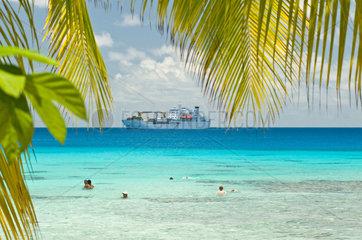 Avatoru  Franzoesisch-Polynesien  Badegaeste am Strand auf dem Rangiroa-Atoll