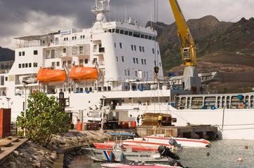 Hakahau  Franzoesisch-Polynesien  Ent- und Beladung am Pier von Hakahau