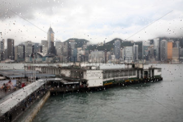 Hong Kong  China  Blick auf den Hafen und Hong Kong Island bei schlechtem Wetter