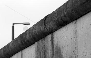 Berlin  Deutschland  Teil der ehemaligen Grenzmauer an der Gedenkstaette Berliner Mauer