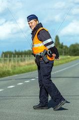 Zonnebeke  Belgien  Polizistin regelt die Umleitung des Verkehrs