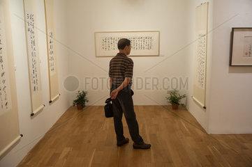 Singapur  Republik Singapur  Besucher in der ION-Kunstgalerie