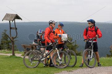 Lindewerra  Deutschland  Mountainbiker unterwegs auf dem Hoeheberg