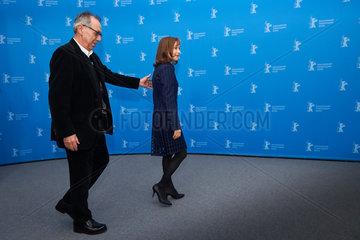 Berlin  Deutschland  Dieter Kosslick und Schauspielerin Isabelle Huppert auf der Berlinale