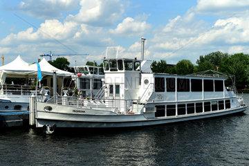 Berlin  Deutschland  Ausflugsschiff MS Frohsinn auf der Spree am Treptower Park