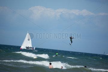 Rostock  Deutschland  Badegaeste und Kitesurfer in der Ostsee