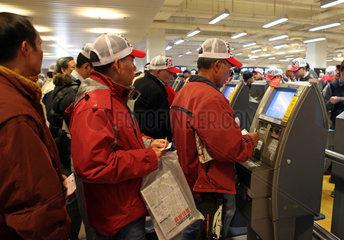 Hong Kong  China  Menschen wetten an elektronischen Wett-Terminals