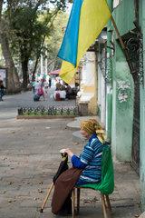 Odessa  Ukraine  arme Rentnerin bettelt im Stadtzentrum