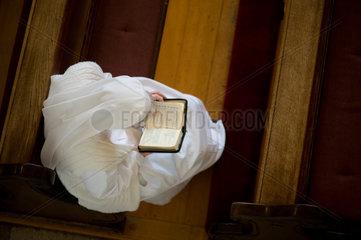Heitersheim  Deutschland  eine Schwester liest das Gebetsbuch in der Kirche