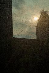 Singapur  Republik Singapur  Regentropfen auf einer Fensterscheibe