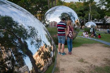 Singapur  Republik Singapur  Besucher bestaunen grosse reflektierenden Metallkugeln